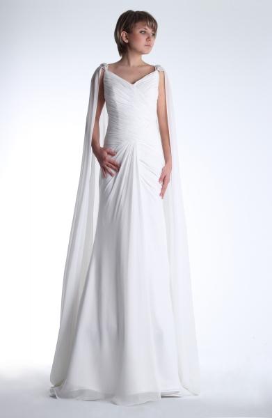Vestido de novia en alquiler de Innovias modelo Clorinda con favorecedora capa de gasa