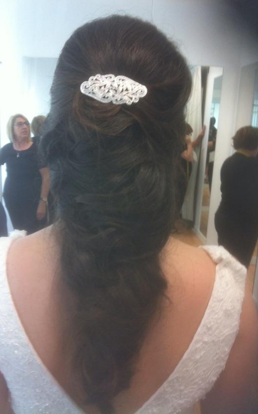 Elena con elegante coleta en la prueba de arreglos de su vestido de novia de Innovias madrid