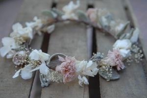 Corona de flores campestres. Vía Pinterest.