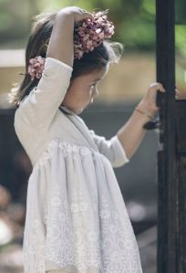 Pequeña invitada con vestido blanco y corona de flores. Vía Pinterest.
