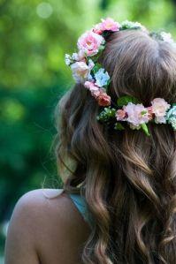 Corona de flores sobre melena ondulada. Vía Pinterest.