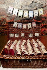 Caja llena de alpargatas por números. Vía Pinterest.
