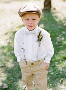 Los niños más guapos de invitados de boda y con boina como complemento. Vía Pinterest.
