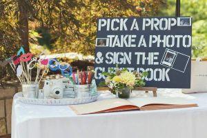 Mesa para hacerte tus propias fotos con la cámara Polaroid. Vía Pinterest.