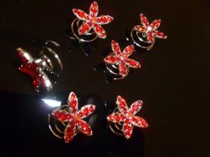 Complemento para el pelo rojo con forma de flor de Innovias.