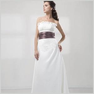 Vestido de novia de corte clásico con fajín en color berenjena de Innovias.