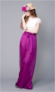 Conjunto de blusa blanca de manga corta con falda larga de raso morada. Imagen vía Pinterest.