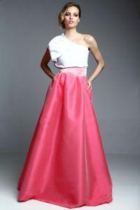 Conjunto de falda larga rosa y blusa blanca con manga asimétrica. Imagen vía Pinterest.