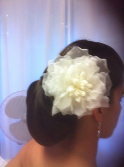 Flori completó el aire español de su vestido de novia de Innovias con una gran flor