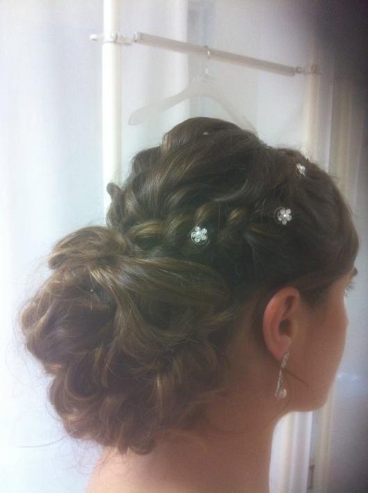 Sara con recogido de novia con ondas y trencitas en la prueba de costura de Innovias Madrid