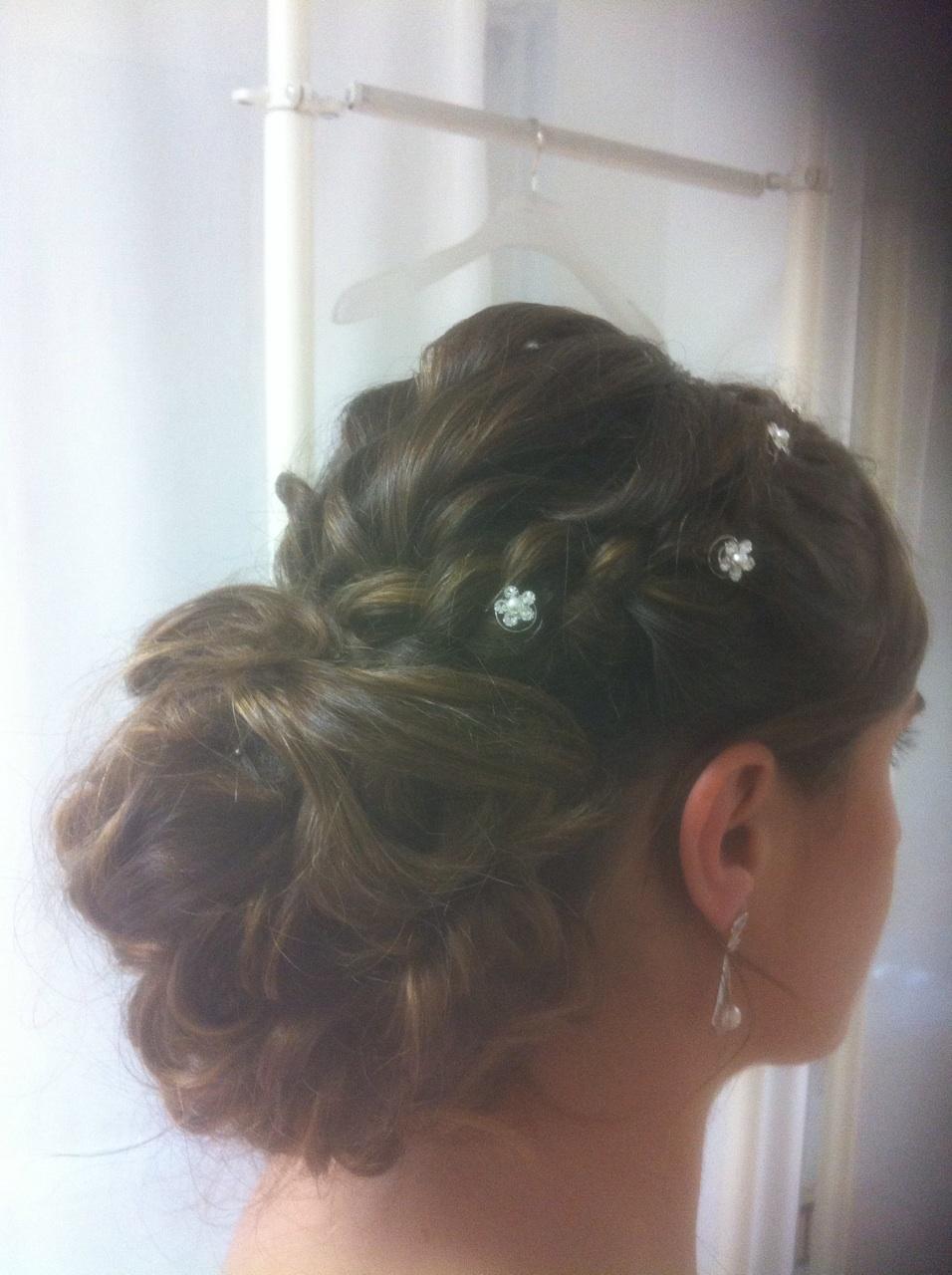 sara con recogido de novia con ondas y trencitas en la prueba de costura de innovias
