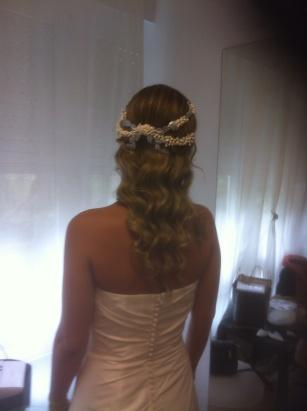 Elena con vestido de novia del outlet de Innovias Madrid con melena suelta en ondas y tocado de azahar