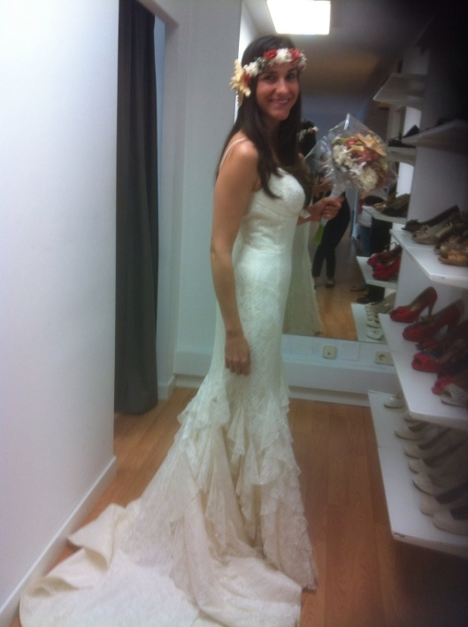 Maite aprovechó una de sus pruebas en Innovias para ver el efecto de la corona de flores y motivos marinos y el ramo coordinado para su boda en la playa