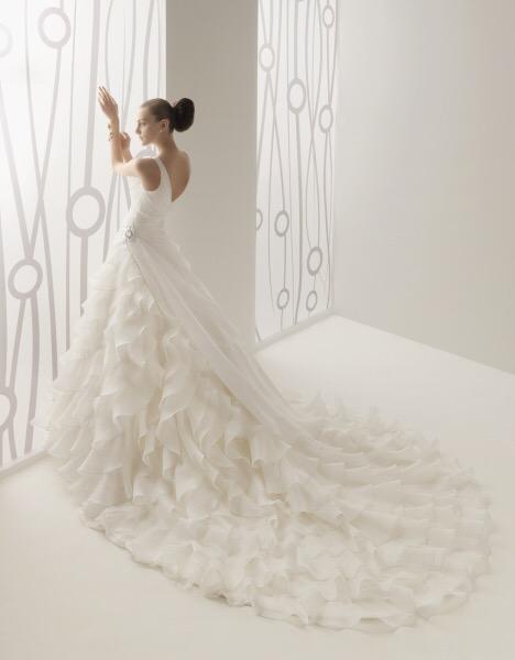 0d9f572852 Vestido de novia Verona de Innovias con falda de volantes organza y  espectacular cola catedral.