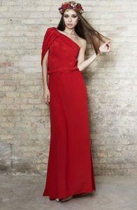 Vestido largo rojo de manga asimétrica. Imagen vía Pinterest