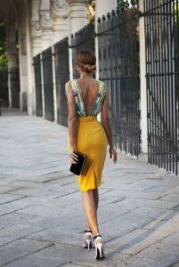 Conjunto de dos piezas de falda midi y blusa para una invitada perfecta. Imagen vía Pinterest.