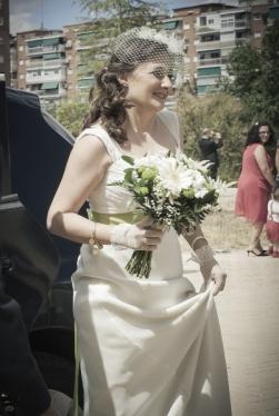 Ramo de novia con margaritas que lució Marta con su vestido de novia de Innovias