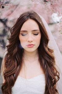 Novia romántica con pelo liso y velo. Vía Pinterest.