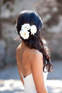Novia sin velo y con un semirecogido de flores. Imagen vía Pinterest.