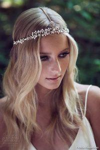 Imagen de novia sin velo y con una corona de pedrería. Imagen vía Pinterest.