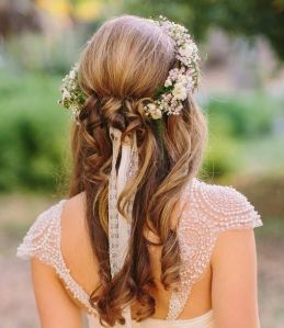 Novia con melena suelta y corona de flores. Vía Pinterest.