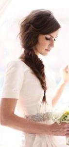Novia con vestido minimalista y espectacular trenza lateral. Vía Pinterest.