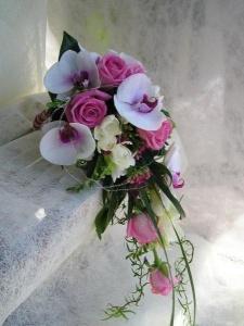 Ramo de novia en cascada de orquídeas. Vía Pinterest.