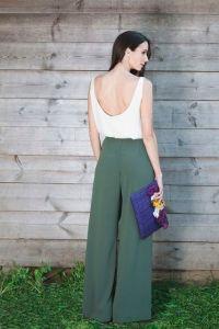 Pantalón ancho verde  y camisa escotada blanca. Vía Pinterest.