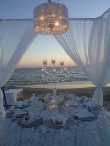 Centro de mesa de una boda en la playa. Vía Pinterest.