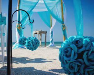 Decoración en tonos azules para una boda en la playa. Vía Pinterest.