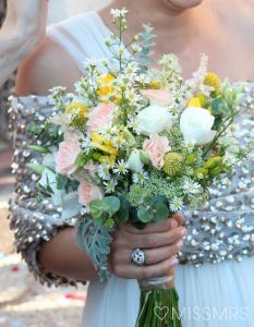 Ramo de novia compuesto pro flores silvestres. Vía Pinterest.