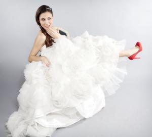 Vestido de novia Innovias modelo arte combinado con zapatos de tacón rojos.