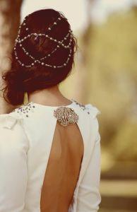 Peinado romántico con moño ladeado y tocado. Vía Pinterest.