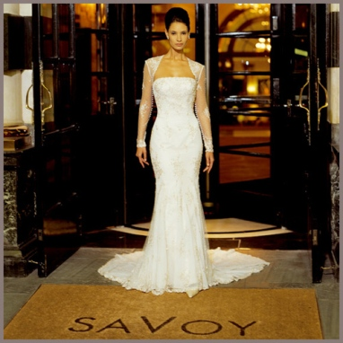 Vestido de novia de venta outlet Innovias con bolero de mangas semitransparentes.