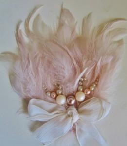 Tocado con lazo y plumas para novias de Innovias.