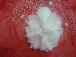 Tocado de novia birthcage en flor de plumas de Innovias.