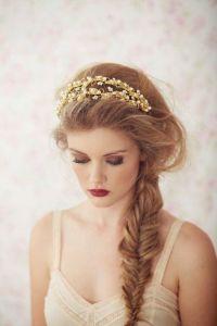 Peinado con diadema y trenza ladeada. Vía Pinterest.