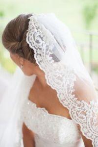 Mantilla de novia con bordados artesanales. Imagen vía Pinterest.