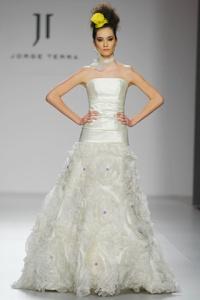 Vestido de novia modelo Verbena con flores blancas y un toque de color morado de Innovias.