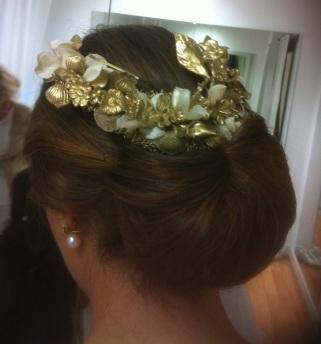 Verónica con recogido bajo de novia y media tiara color oro en Innovias Madrid
