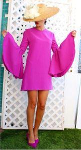 Vestido corto fucsia de manga larga con pamela. Imagen vía Pinterest.