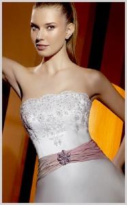 Vestido de novia Innovias de aire español con cinturón rosa.