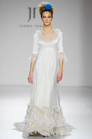 Vestido de novia en alquiler de Innovias en satén japonés y encaje francés con manga francesa