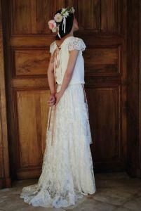 Vestido de novia romántico con corona de flores. Vía Pinterest.