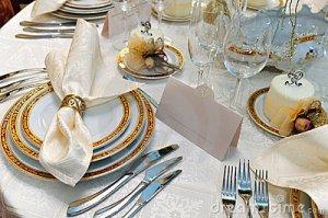 Colocación de los cubiertos en la mesa de boda.