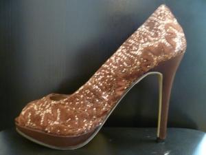 Zapatos bordados con hilo marrón. A la venta de Innovias.