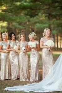 Espectaculares damas de honor con vestidos dorado y destellos brillantes. Vía Pinterest.