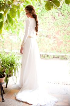 Espectacular vestido liso con un pequeño encaje en las mangas. Vía Pinterest.