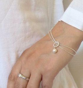 Sutil pulsera a juego con anillo de compromiso. Vía Pinterest.