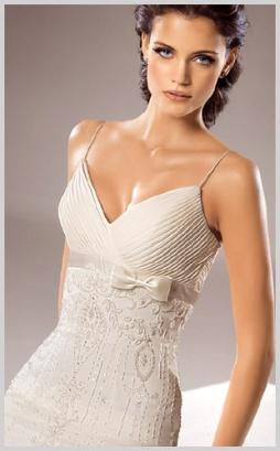 Vestido de novia de venta en outlet por 350 euros incluidos arreglos con corte recto escote en V.